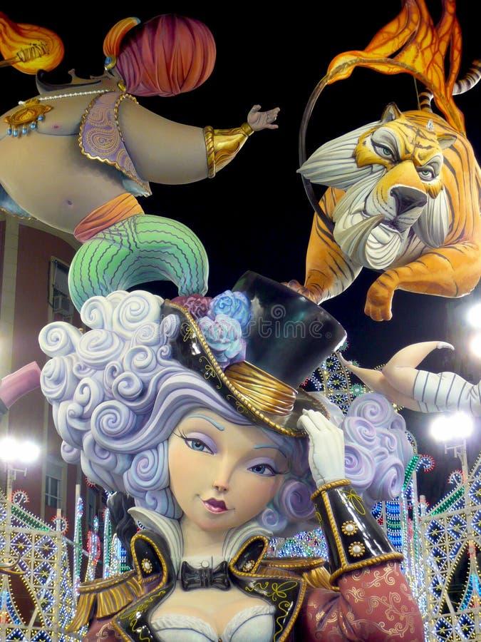 大五颜六色的巨型纸型在晚上在巴伦西亚法利亚斯节日计算  五颜六色的ninots雕塑  马戏的妇女 库存图片