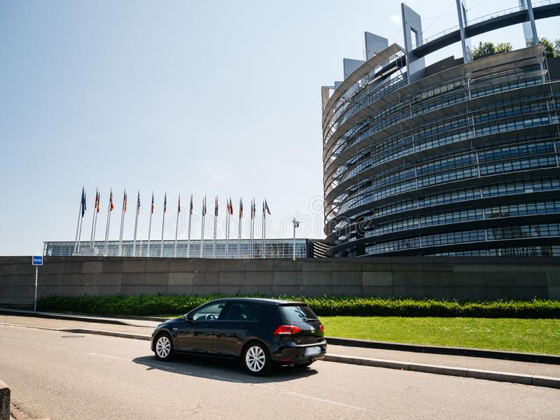 大众高尔夫球驾车在欧洲议会前面 免版税库存照片