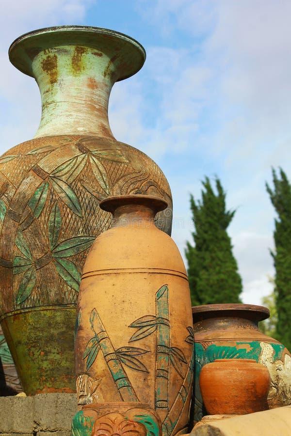 大传统花瓶在庭院里 库存照片