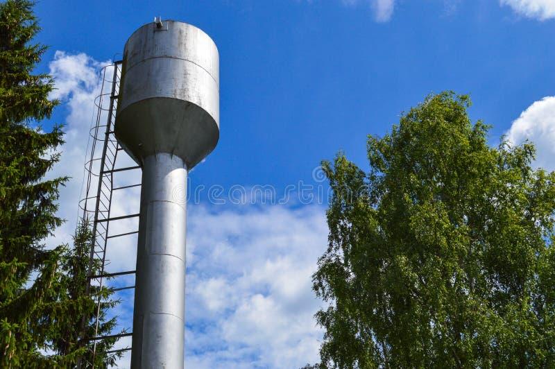 大供应的水的以大容量,反对天空蔚蓝的桶铁金属发光的不锈的工业水塔 库存照片