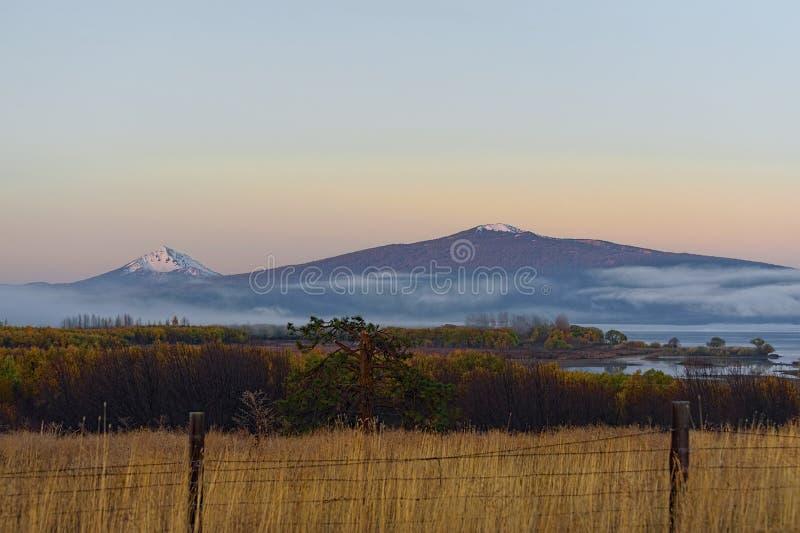 大农场土地黎明视图上部Klamath湖的 免版税库存图片
