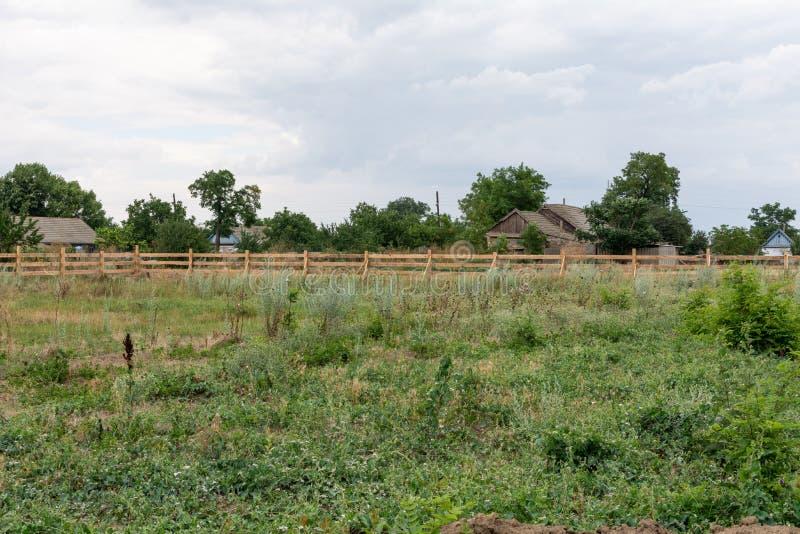 大农场样式篱芭 在绿草的农村木篱芭在农厂大农场土地在Shagany,乌克兰纳 免版税库存图片