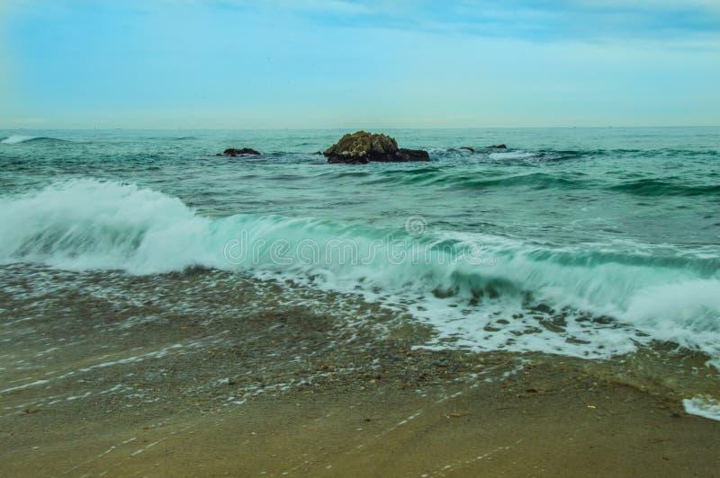 大冰砾在蓝绿海洋 免版税库存照片