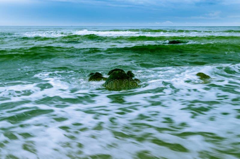 大冰砾在蓝绿海洋 免版税库存图片