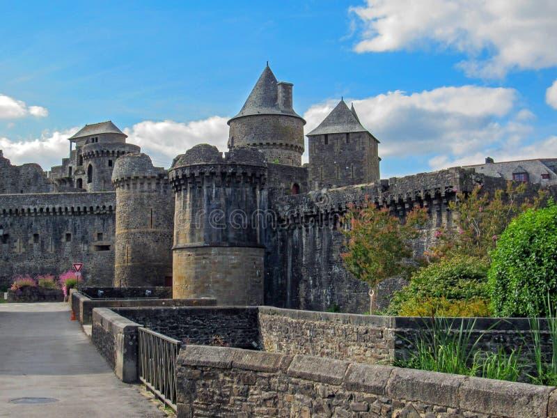 大别墅de Fougeres:中世纪黑被顶房顶的城堡和镇在布里坦尼、缅因和诺曼底,Fougeres,法国边缘 库存照片