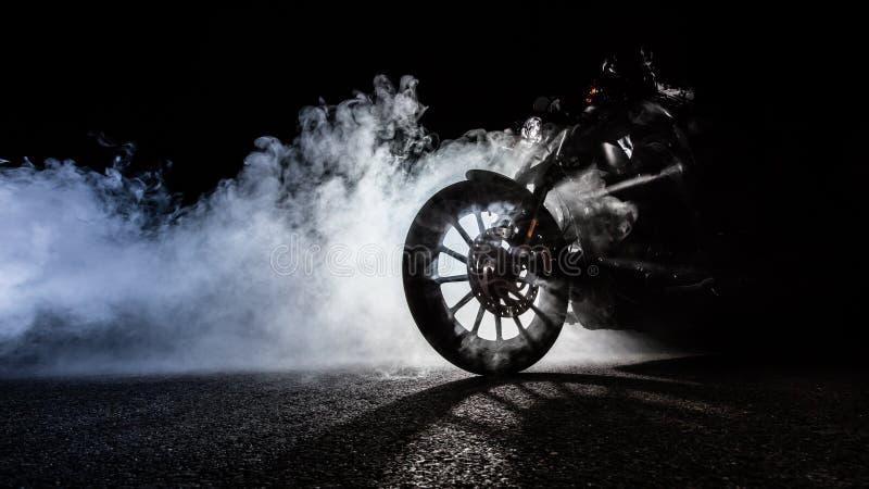 大功率有人车手的摩托车砍刀在晚上 免版税库存图片