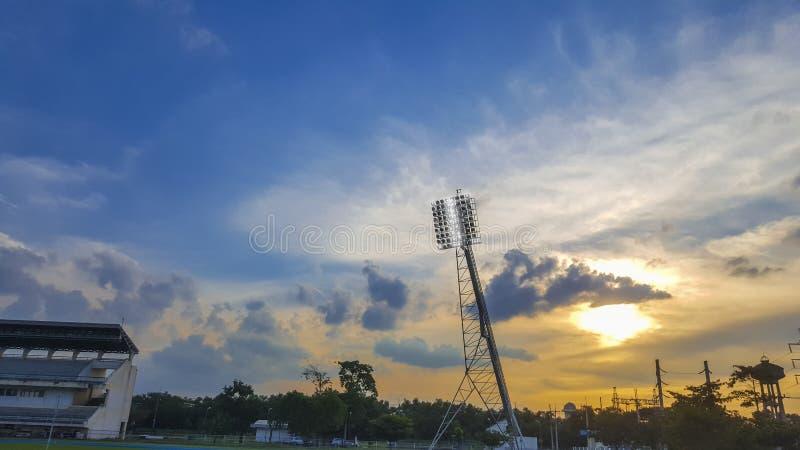 大功率聚光灯、正面看台和室外橄榄球球场 免版税库存照片