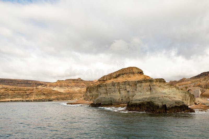 大加那利岛,加那利群岛在西班牙:在海岸的美丽的山在Puerto de Mogan和波多黎各之间 库存图片
