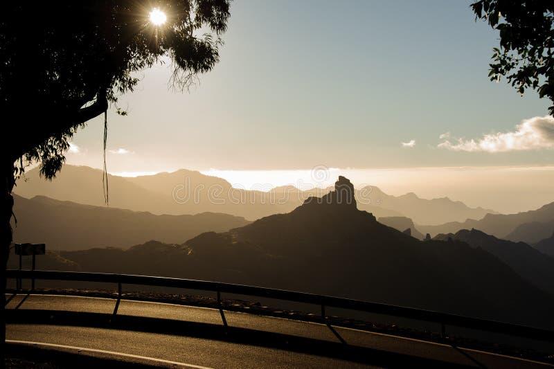 大加那利岛,西班牙- 2018年11月6日:洛克Nublo山风景从路的在夏日 库存照片