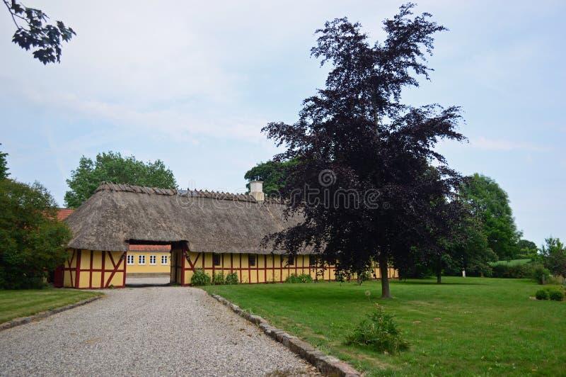 大半木料半灰泥的农舍在乡下在北部西兰,丹麦 库存照片