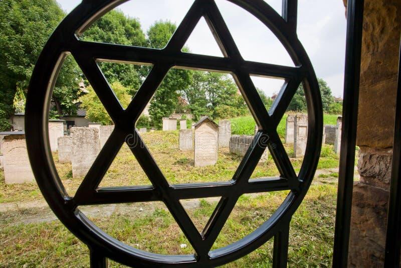 大卫王之星在老犹太公墓的篱芭的simbol在波兰城市 免版税库存照片