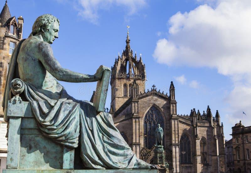 大卫・休谟雕象和圣Giles大教堂在爱丁堡 免版税图库摄影