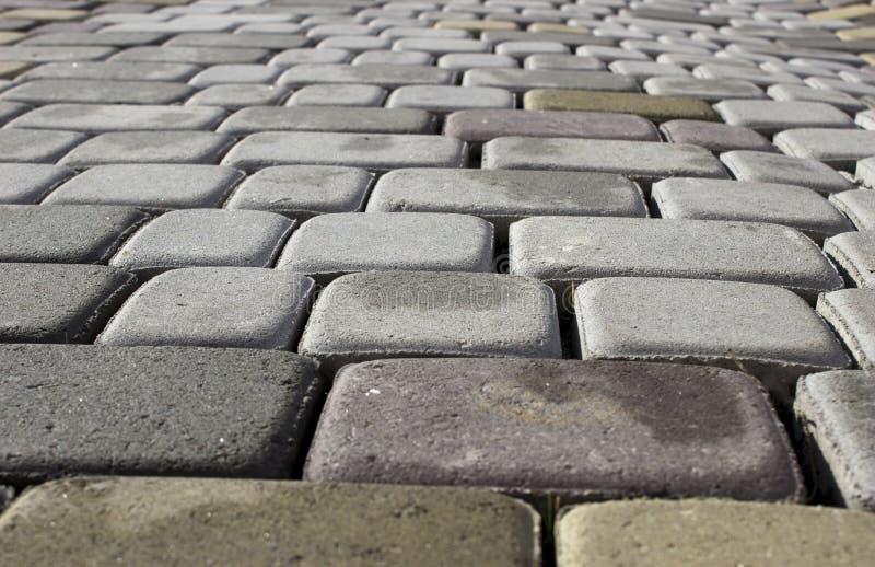 大卵石做由水泥块的石头路背景  图库摄影