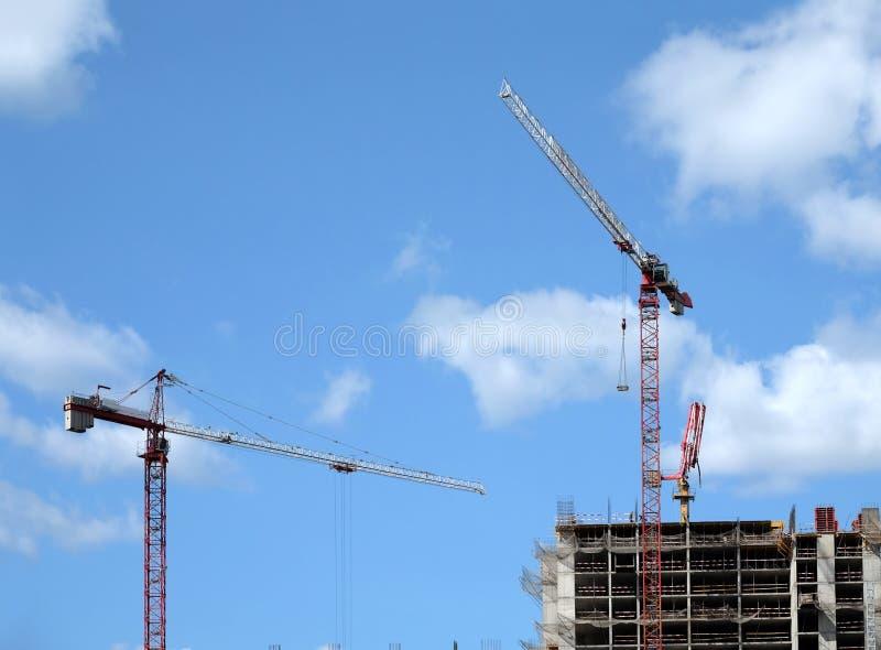 大卷扬的塔吊和现代建筑大厦的顶面部分在蓝天的一个城市与云彩 库存图片