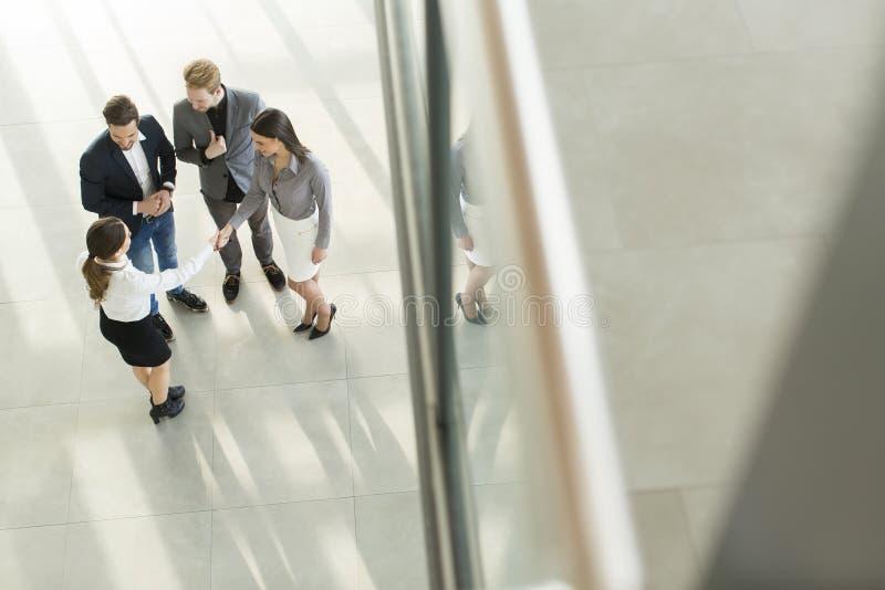 大厅的人们办公楼的 免版税库存照片