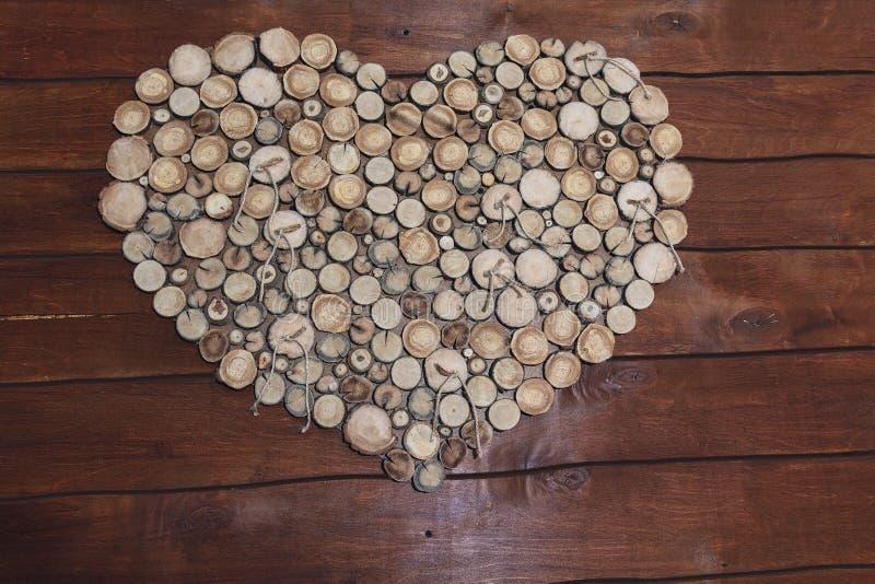 大厅的装饰以木树桩心脏的形式 免版税库存照片