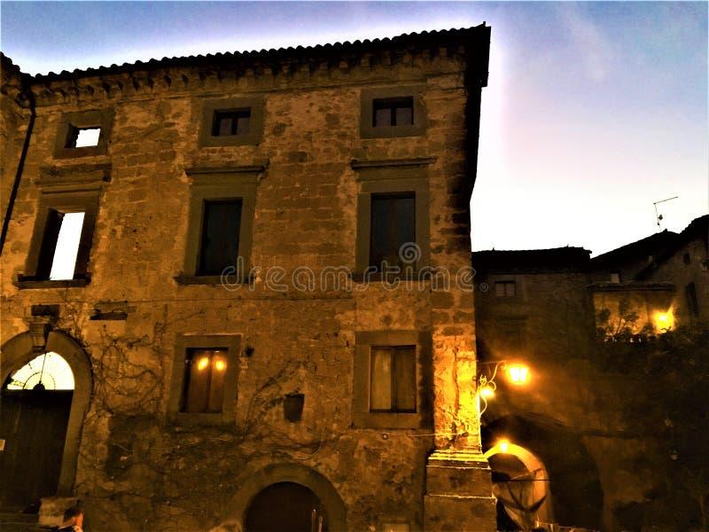 大厦、光、建筑学、艺术和传说在奇维塔二巴尼奥雷焦,镇维泰博,意大利省的  库存照片