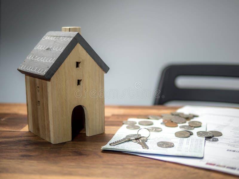 大厦、抵押、不动产和物产概念 与钥匙的家庭模型 免版税库存照片