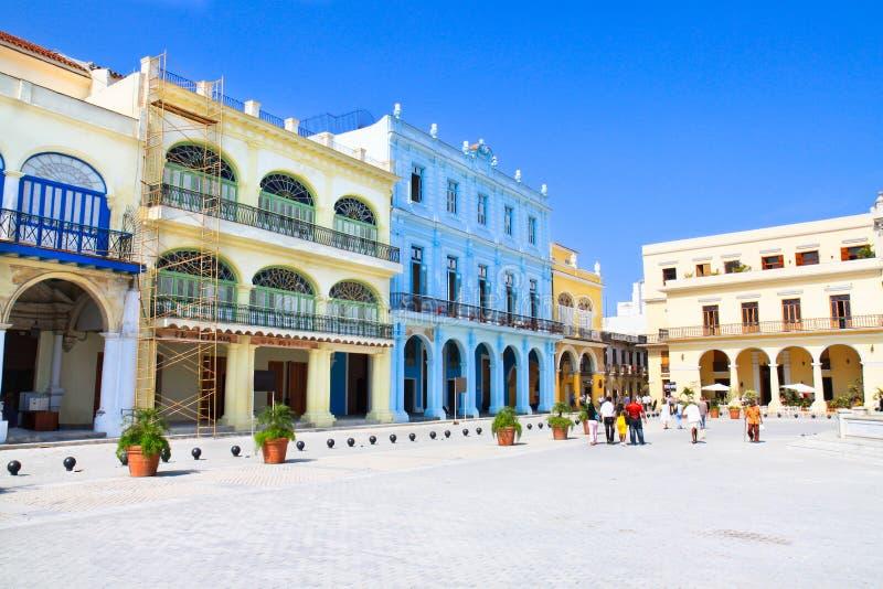 大厦五颜六色的哈瓦那广场vieja 免版税库存照片