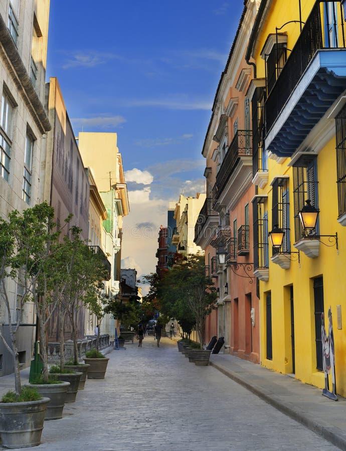 大厦五颜六色的哈瓦那街道 免版税库存照片