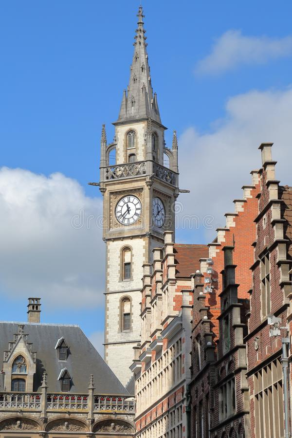 大厦传统建筑学与河利斯河河岸的老邮局clocktower的位于跟特 免版税库存图片