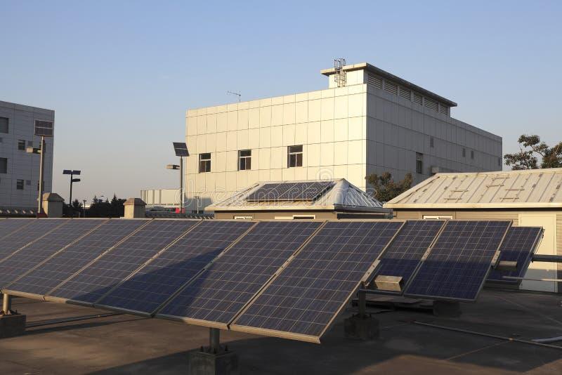 大厦使用可更新的太阳能发电厂的屋顶 免版税库存照片