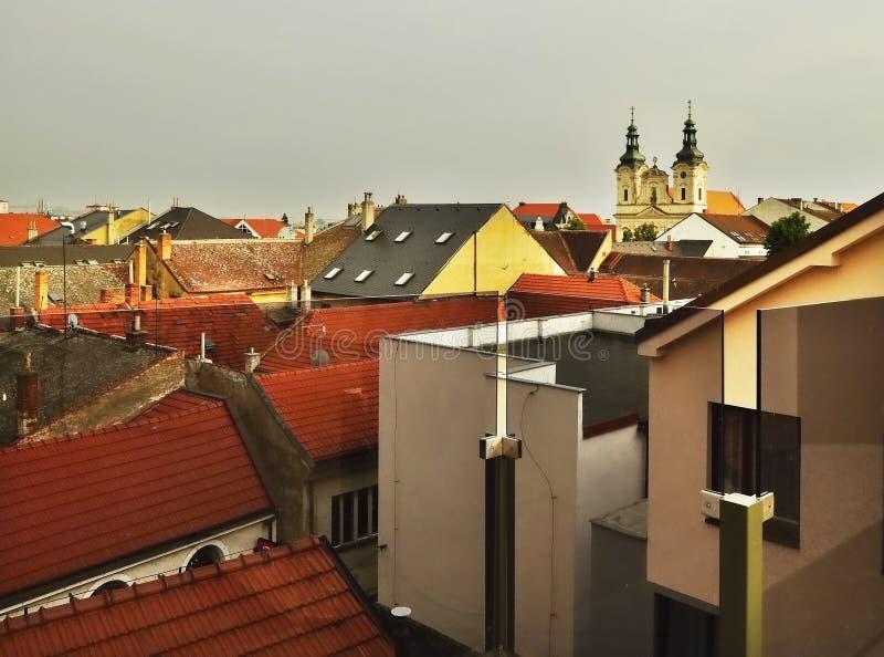 大厦全景屋顶与教会的在历史镇Uherske Hradiste,捷克共和国 免版税图库摄影
