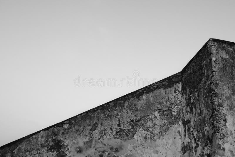 大厦几何  在天空背景的老混凝土墙 抽象结构 库存照片