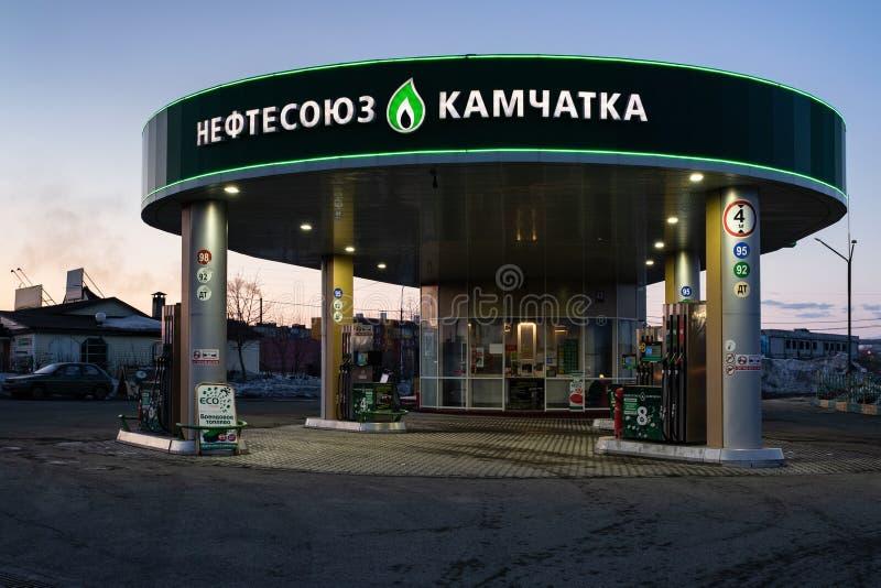 大厦出售汽油和柴油的汽车的加油站夜视图  免版税库存照片
