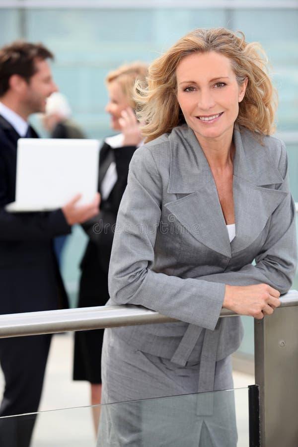 大厦办公室外部微笑的妇女 库存图片