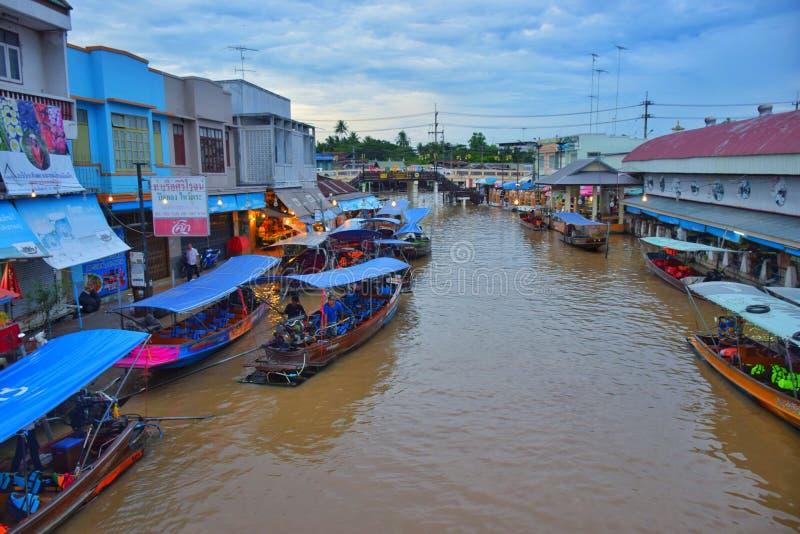 大厦卖物品给游人和游轮为采取河的游人 免版税库存照片