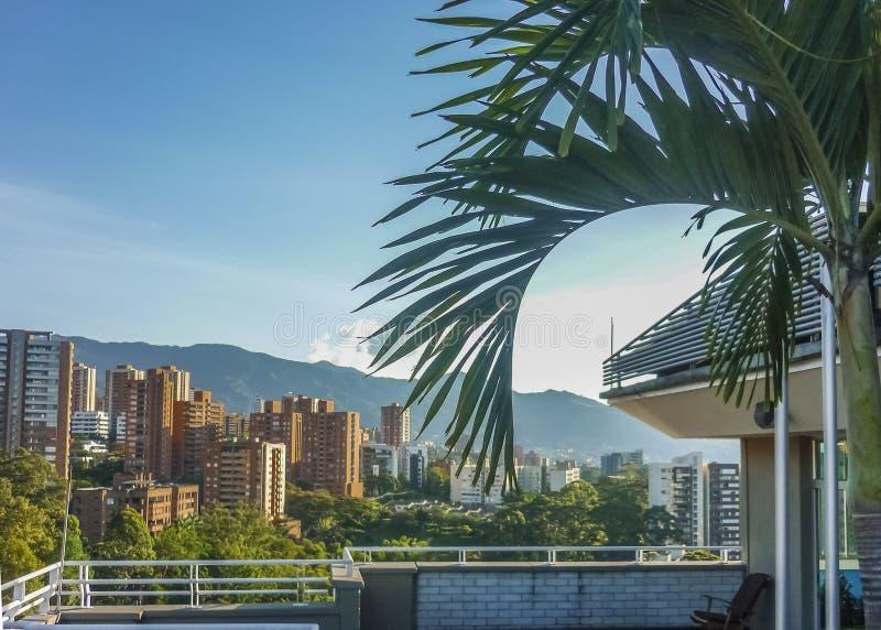大厦和山在麦德林哥伦比亚 免版税库存图片