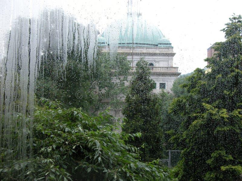 大厦和庭院通过一个浓缩的斑纹的窗口 库存照片