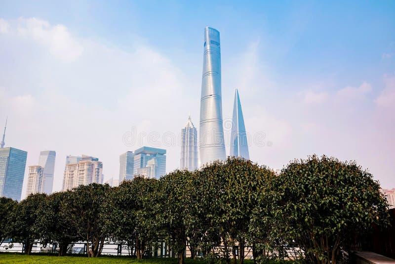 大厦和摩天大楼在街市上海 免版税库存照片