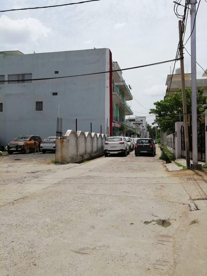 大厦和汽车看印度的街道场面 库存图片
