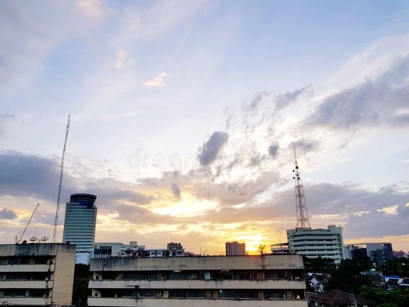 大厦和电信耸立与日落或日出时间和云彩 库存照片