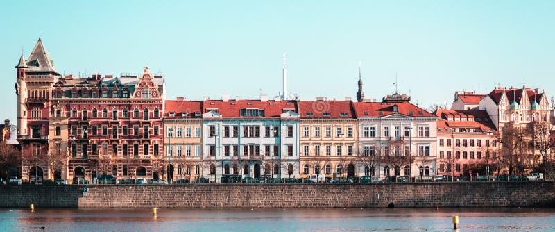大厦和街道在伏尔塔瓦河河附近在布拉格,捷克Republi 免版税库存照片