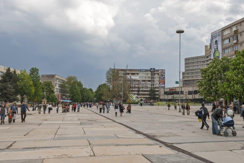 大厦和街道在多布里奇,保加利亚镇的中心  免版税图库摄影
