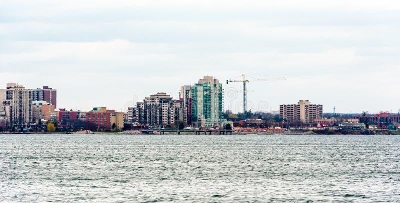 大厦和起重机在伯灵屯,安大略,加拿大 图库摄影