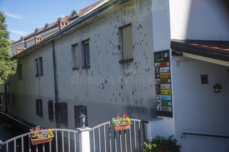 大厦在仍然显示损伤的迹象中部城市区域给予由枪火在1993内战 库存照片