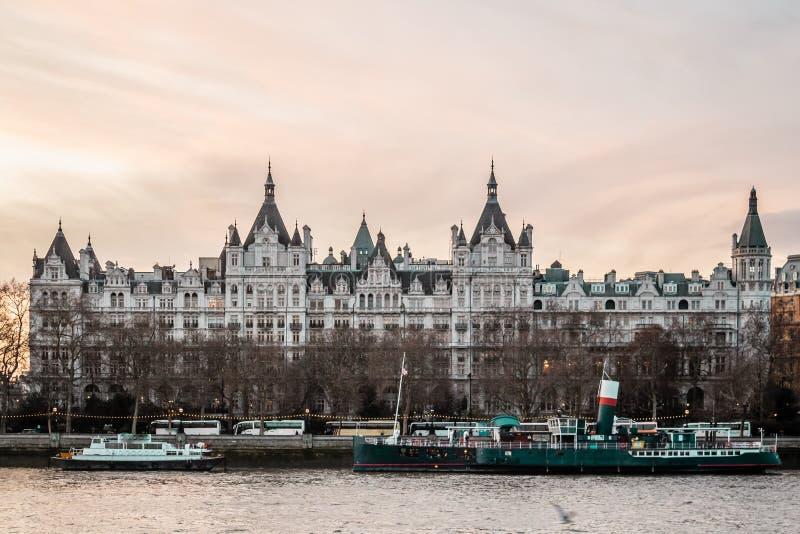 大厦在伦敦,英国临近千年桥梁 免版税库存图片
