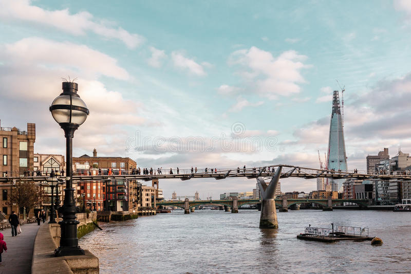 大厦在伦敦,英国临近千年桥梁 免版税库存照片