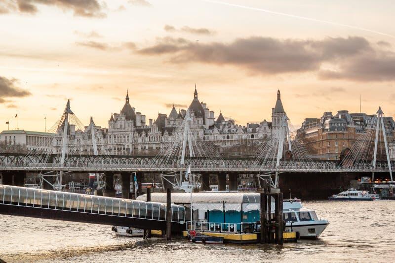 大厦在伦敦,英国临近千年桥梁 库存图片