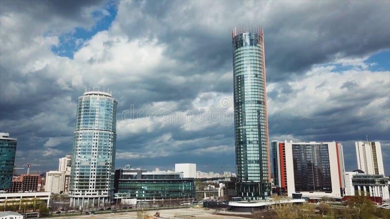 大厦在多云天 股票 摩天大楼的看法在城市 库存图片