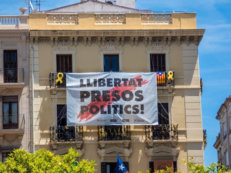 大厦在雷乌斯,有政治招贴的西班牙在阳台 图库摄影