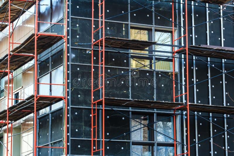 大厦墙壁的绝缘材料建设中 免版税库存照片