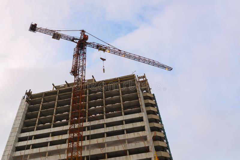 大厦大厦与起重机的 楼房建筑起重机站点 库存图片
