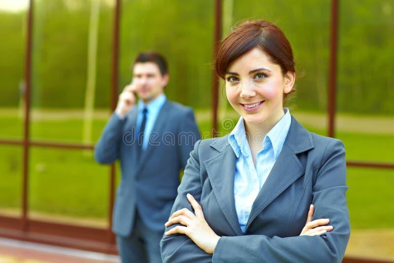 大厦女实业家前面 免版税库存图片