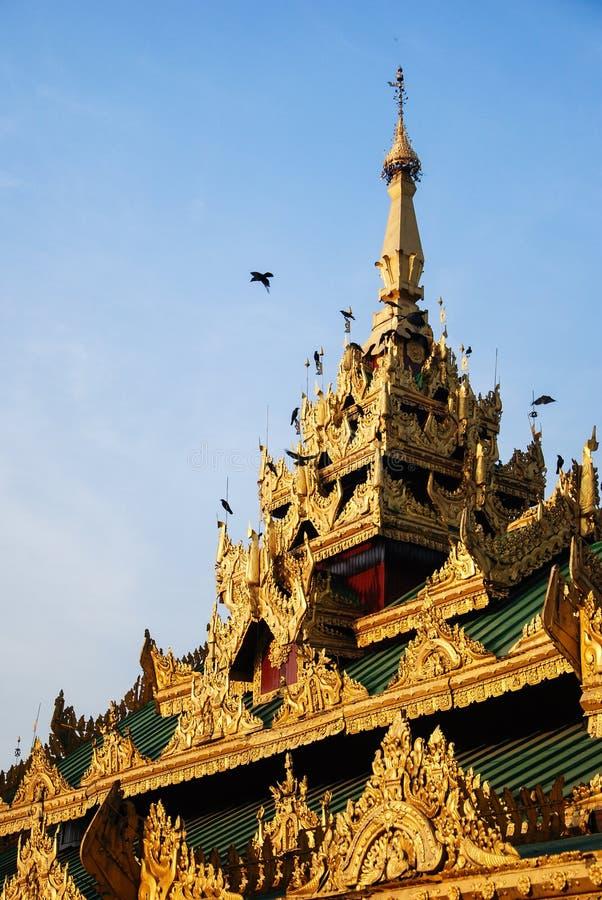大厦屋顶在Shwedagon塔附近的 免版税图库摄影