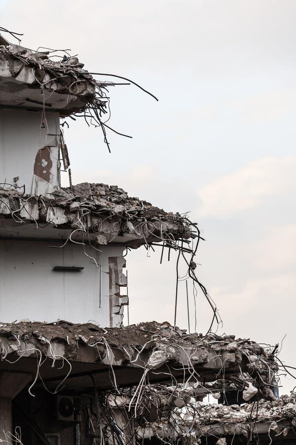 大厦废墟在破坏,都市场面下的 免版税库存图片